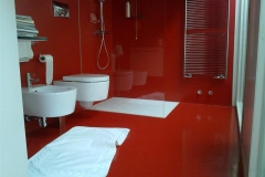 Pavimento e rivestimento in resina rossa lucida
