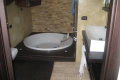 Vasca idromassiaggio con pavimento in resina